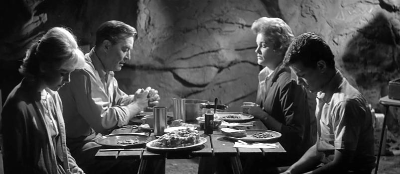 """Szenenfoto aus dem Film """"Panik im Jahre Null"""" (Panic in Year Zero, USA 1962) von Ray Milland; Mary Mitchel, Ray Milland, Jean Hagen und Frankie Avalon"""