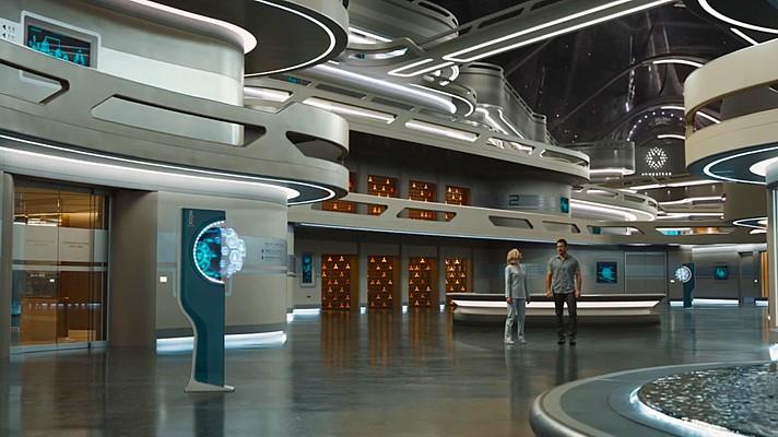 """Szenenfoto aus dem Film """"Passengers"""" (USA 2016) von Morten Tyldum; Jennifer Lawrence und Chris Pratt im Großen Atrium"""