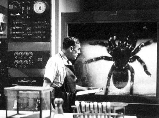 Leo G. Carroll in seinem Labor mit der Spinne in Tarantula (USA 1955)