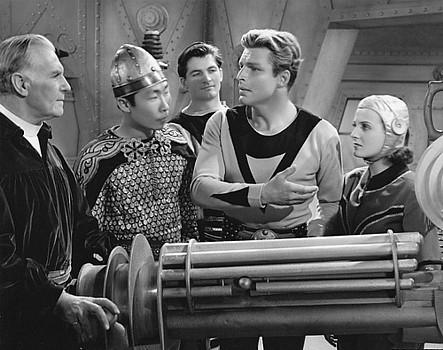 "Szenenfoto aus dem Kinoserial ""Buck Rogers"" (USA 1939); C. Montague Shaw, Philson Ahn, Larry Buster Crabbe und Constance Moore"