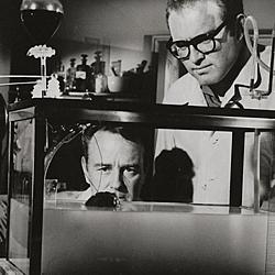 """Szenenfoto aus dem Film """"Donovans Hirn"""" (Donovan's Brain, USA 1953); Lew Ayres und Gene Evans"""