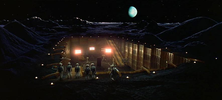 """Szenenfoto aus dem Film """"2001: Odyssee im Weltraum"""" von Stanley Kubrick (2001: A Space Odyssey, GB/USA 1968); der Monolith auf dem Mond"""