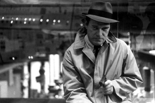 Eddie Constantine als Lemmy Caution in Jean-Luc Goddards Alphaville (Frankreich 1965)