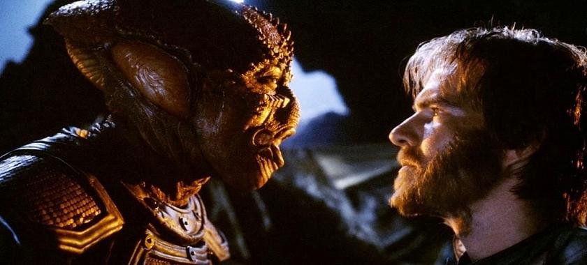 """Szenenfoto aus dem Film """"Enemy Mine – Geliebter Feind"""" (USA/D 1985) von Wolfgang Petersen; Louis Gossett Jr. und Dennis Quaid"""