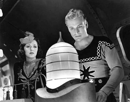 "Szenenfoto aus dem Kinoserial ""Flash Gordon Conquers the Universe"" (USA 1940); Carol Hughes als Dale Arden und Larry ""Buster"" Crabbe als Flash Gordon"