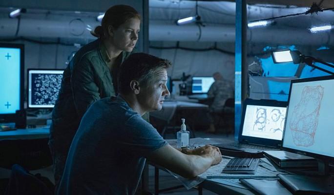 """Szenenfoto aus dem Film """"Arrival"""" (USA 2016) von Denis Villeneuve; Amy Adams und Jeremy Renner"""