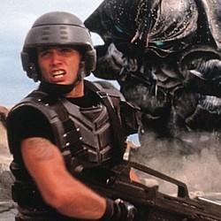 """Szenenfoto mit Casper van Dien als Soldat vor einem Bug in dem Film """"Starship Troopers"""" (USA 1997) von Paul Verhoeven"""