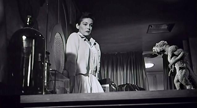 """Szenenfoto aus dem Film """"Die Bestie aus dem Weltenraum"""" (Twenty Million Miles to Earth, USA 1957) von Nathan Juran und Ray Harryhausen; Joan Taylor und der Ymir"""