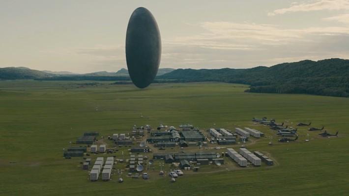 """Szenenfoto aus dem Film """"Arrival"""" (USA 2016) von Denis Villeneuve; die Muschel (das Raumschiff)"""