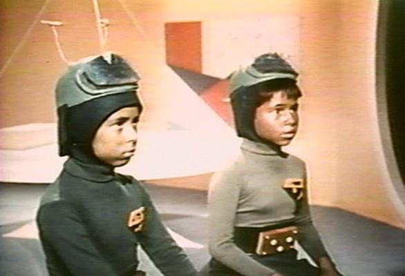 """Pia Zadora und Chris Month in einem Szenenfoto aus dem Film """"Santa Claus Conquers the Martians"""" (USA 1964) von Nicholas Webster"""