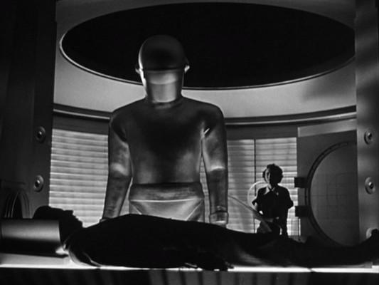 Der Roboter Gort erweckt Klaatu zu neuem Leben in The Day the Earth Stood Still (USA 1951)