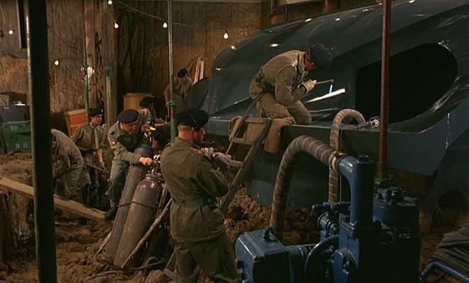"""Szenenfoto aus dem Film """"Das grüne Blut der Dämonen"""" (Quatermass and the Pit, GB 1967) von Roy Ward Baker"""