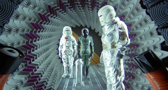 """Szenenfoto aus dem Film """"Saturn 3"""" (GB 1980) von Stanley Donen; die Dekontaminationskammer"""