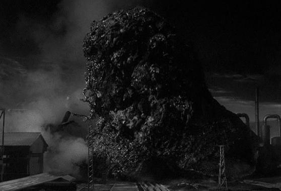 """Szenenfoto aus dem Film """"Feinde aus dem Nichts"""" (Quatermass 2, GB 1957) von Val Guest; das außerirdische Monster"""