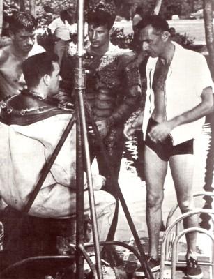 """Jack Arnold (rechts) bei den Dreharbeiten von """"Der Schrecken vom Amazonas"""" (1954)"""