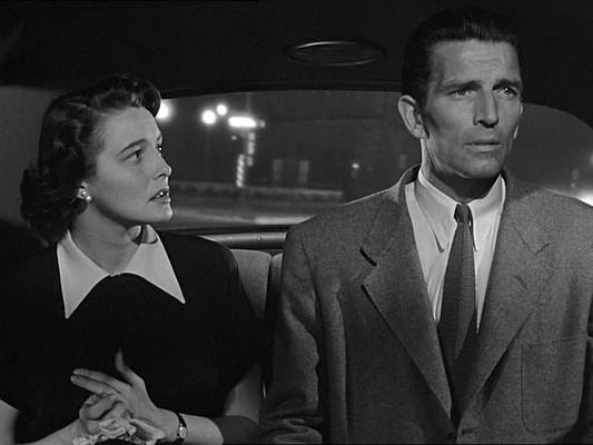 """Szenenfoto aus dem Film """"Der Tag, an dem die Erde stillstand"""" (The Day the Earth Stood Still, USA 1951) von Robert Wise, mit Michael Rennie und Patricia Neal"""