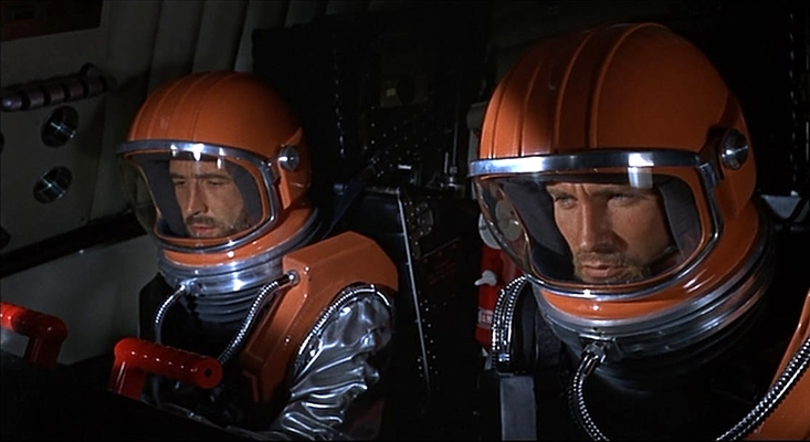 "Szenenfoto aus dem Film ""Unfall im Weltraum"" (Doppelgänger/Journey to the Far Side of the Sun, GB 1969) von Robert Parrish; Ian Hendry und Roy Thinnes"