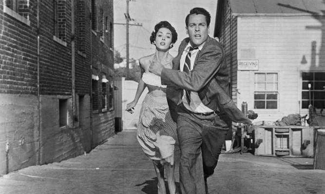 Dana Wynter und Kevin McCarthy in Invasion of the Body Snatchers (1956)