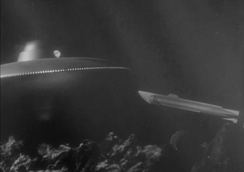 """Szenenfoto aus dem Film """"Auf U-17 ist die Hölle los"""" (The Atomic Submarine, USA 1959) von Spencer Gordon Bennett; das UFO und die """"Tiger Shark"""""""