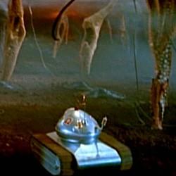 """Szenenfoto aus dem Film """"Der schweigende Stern"""" (DDR/Polen 1960) von Kurt Maetzig mit dem Roboter Omega"""