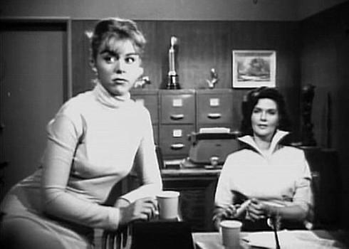 "Szenenfoto aus dem Film ""The Wasp Woman"" (USA 1959) von Roger Corman; Lani Mars und Lynn Cartwright"