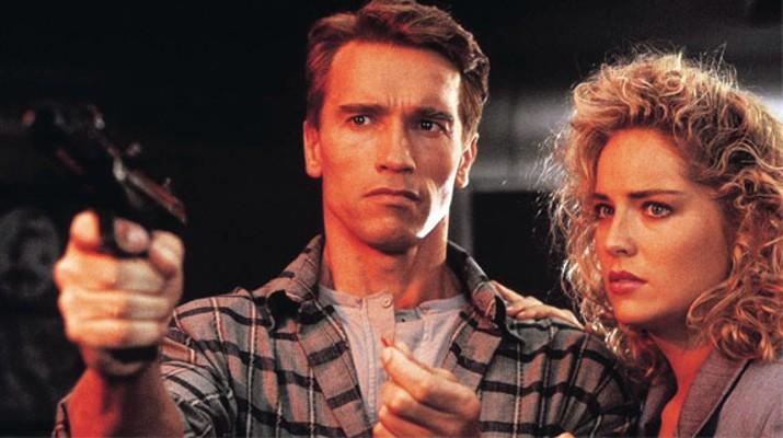 """Szenenfoto aus dem Film """"Total Recall"""" (USA 1990) von Paul Verhoeven; Arnold Schwarzenegger und Sharon Stone"""