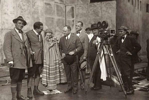 Günther Rittau, Fritz Lang, Brigitte Helm, Samuel Lionel Rothafel, Karl Freund und Robert Baberske bei Dreharbeiten zu Metropolis (1927)