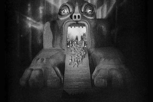 Die M-Maschine frisst die Arbeiter in Metropolis (Deutschland 1927) von Fritz Lang