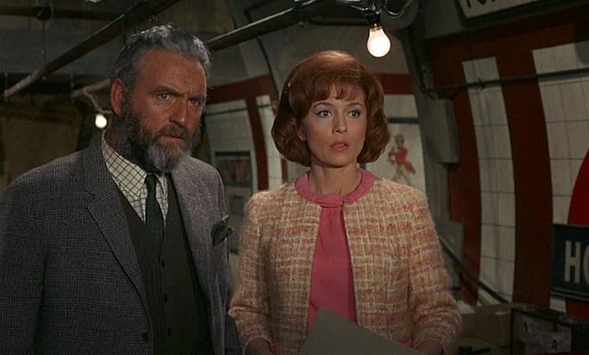 """Szenenfoto aus dem Film """"Das grüne Blut der Dämonen"""" (Quatermass and the Pit, GB 1967) von Roy Ward Baker; Andrew Keir und Barbara Shelley"""