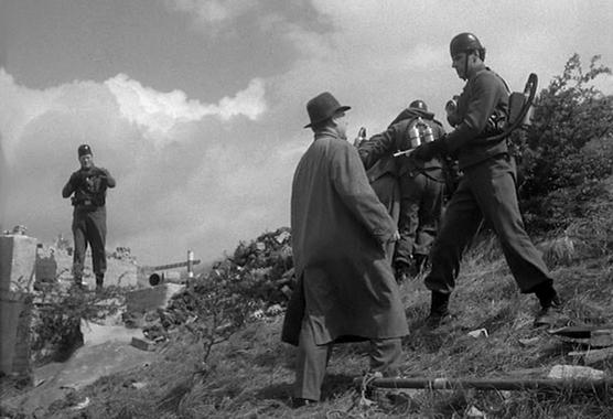 """Szenenfoto aus dem Film """"Feinde aus dem Nichts"""" (Quatermass 2, GB 1957) von Val Guest; Brian Donlevy"""