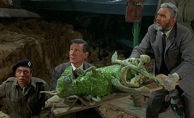 """Szenenfoto aus dem Film """"Das grüne Blut der Dämonen"""" (Quatermass and the Pit, GB 1967) von Roy Ward Baker; James Donald und Andrew Keir"""