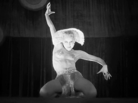 Metropolis (1927) Szenenfoto von Brigitte Helm als Hure Babylon auf der Bühne, ihren erotischen Tanz aufführend