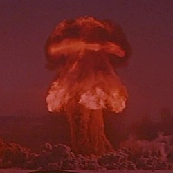 "Szenenfoto mit Atompilz aus dem Film ""Planet des Grauens"" (World Without End, USA 1956) von Edward Bernds"