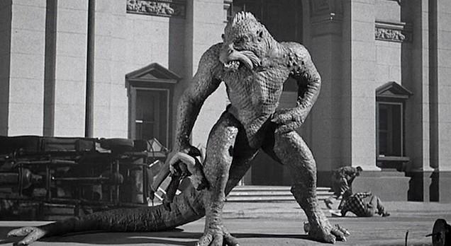 """Szenenfoto aus dem Film """"Die Bestie aus dem Weltenraum"""" (Twenty Million Miles to Earth, USA 1957) von Nathan Juran und Ray Harryhausen; der Ymir in Rom"""