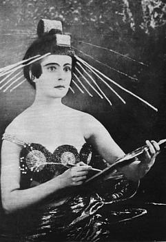 Julia Solnzewa (1901–1989) als Aelita in Jakow Protasanows Stummfilm (1924)