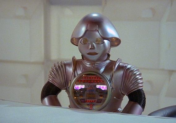 """Szenenfoto aus dem Film """"Buck Rogers"""" (Buck Rogers in the 25th Century; USA 1979) von Daniel Haller; Twiki und Dr. Theopolis"""