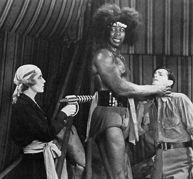"""Szenenfoto aus dem Kinoserial """"The Lost City"""" (USA 1935) von Harry Revier; Claudia Dell, Sam Baker und Kane Richmond"""