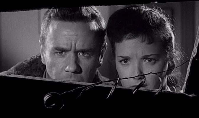 """Szenenfoto aus dem Film """"Ungeheuer ohne Gesicht"""" (Fiend Without a Face, GB 1958) von Arthur Crabtree; Marshall Thompson und Kim Parker"""