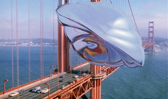 """Szenenfoto aus dem  Film """"Der Flug des Navigators"""" (Flight of the Navigator, USA 1986) von Randal Kleiser; das UFO vor der Golden Gate Bridge"""