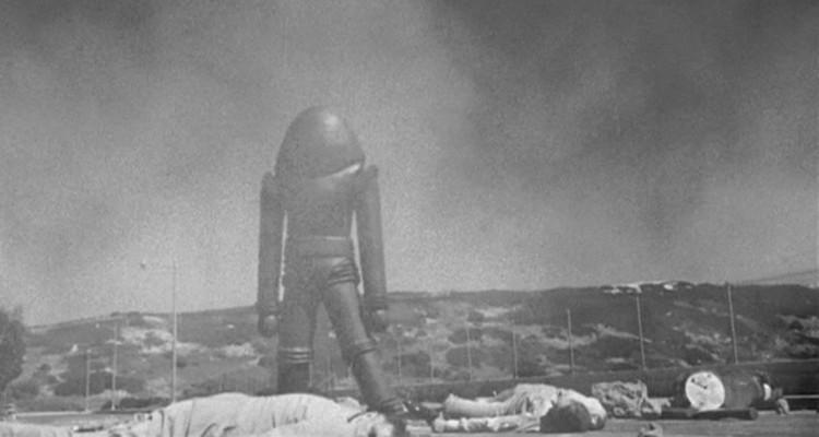 Fliegende Untertassen greifen an (USA 1956) Szenenfoto von einem Außerirdischen auf dem Raketenabschussgelände
