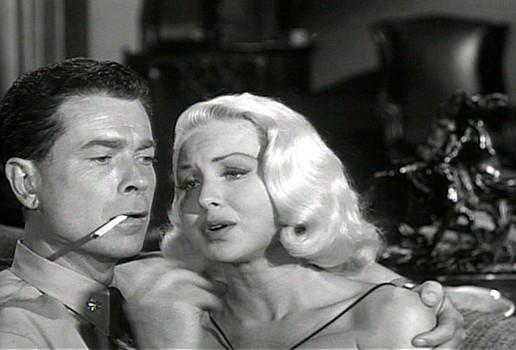 """Szenenfoto aus dem Film """"Auf U-17 ist die Hölle los"""" (The Atomic Submarine, USA 1959) von Spencer Gordon Bennett; Arthur Franz und Joi Lansing"""