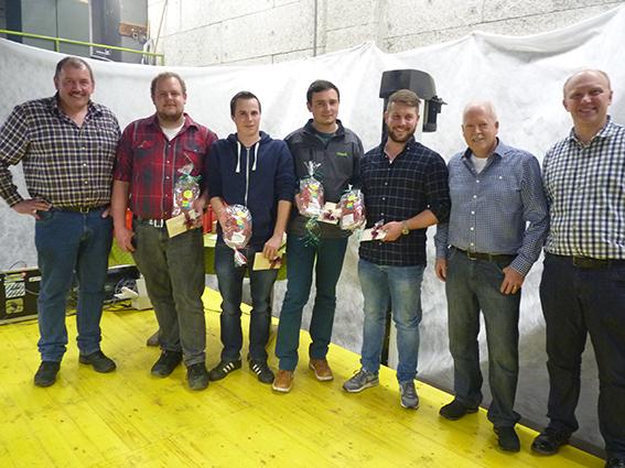Erfolgreicher Lehrabschluss: v.l.n.r.: Bauschinenmechaniker-Lehrmeister Toni Föhn, Paul Föhn, Erich Nideröst, Simon Rohrer, Remo Mathis, Edi Tonazzi und Lukas Käppeli