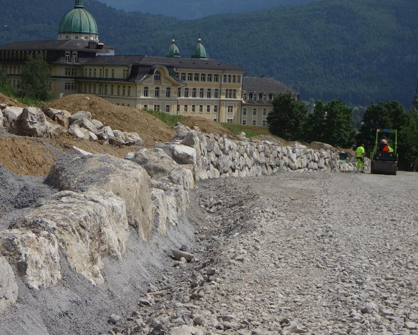Neue Mauer mit Steinen der alten Mauer und der Strassenverbreiterung vor Ort gewonnen. Auch das ist Baustoff-Recycling!
