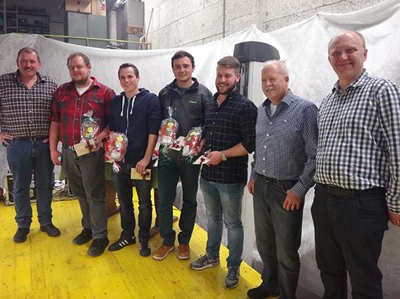 Erfolgreicher Lehrabschluss: v.l.n.r.: Baumaschinenmechaniker-Lehrmeister Toni Föhn, Paul Föhn, Erich Nideröst, Simon Rohrer, Remo Mathis, Edi Tonazzi und Lukas Käppeli