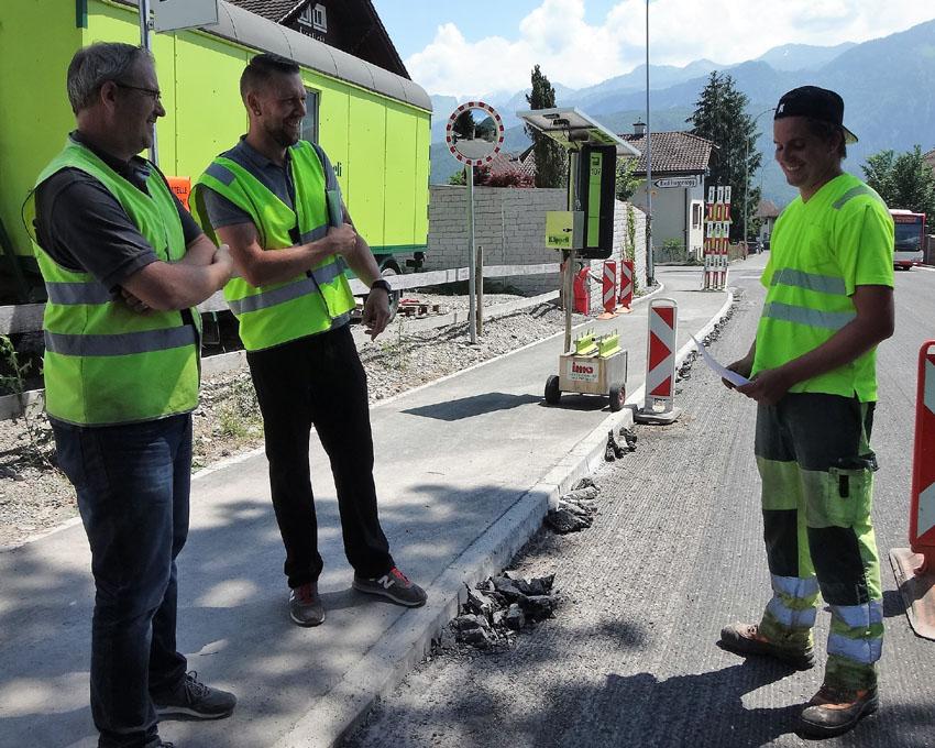 Beratschlagung vor dem Einsatz, die Bauführer Markus Tonazzi (l.), Roberto von Euw (m.) und Polier Reto Mazenauer (r.)