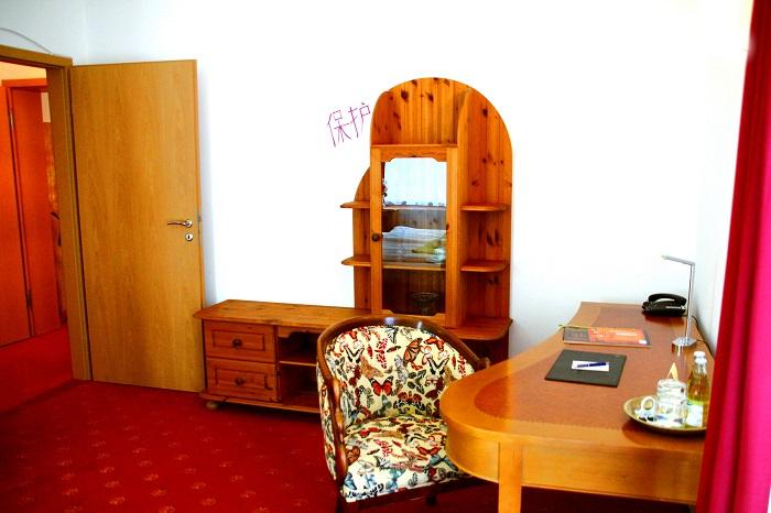 Schreibtisch mit Schrankwand im Schlafbereich