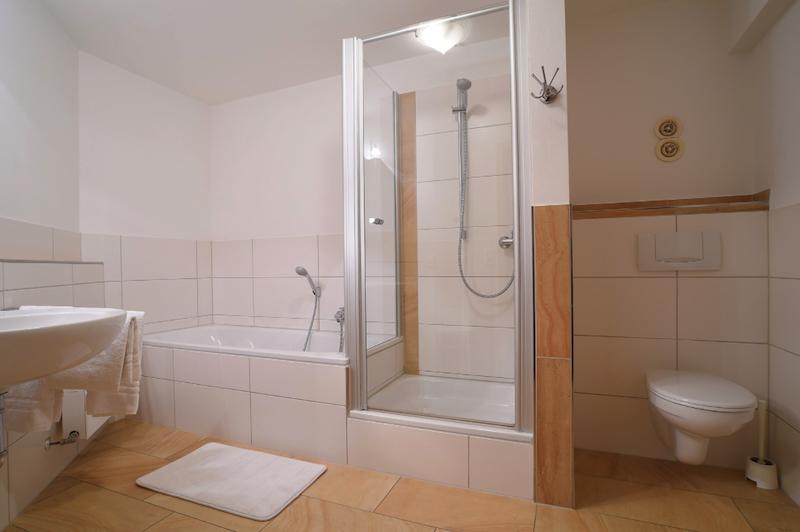 Badezimmer mit Dusche und Wanne in Wohnung Hase