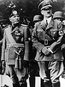 Benito Mussolini y Adolf Hitler durante un desfile en Yugoslavia en 1941. United States Holocaust Memorial Museum