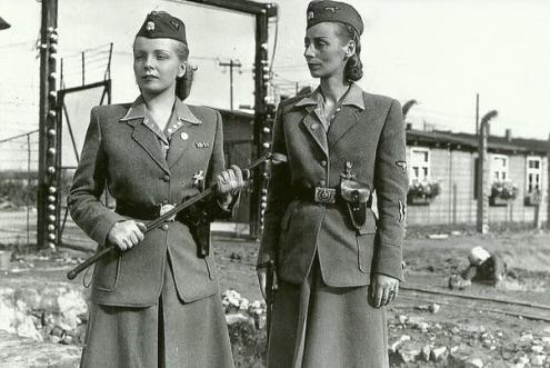 En la fotografía Irma Grese (izquierda), Oberaufseherin (supervisora senior) y Maria Mandl (o Mandel) (derecha), Oberaufseherin (supervisora senior)  juntas en Auschwitz II-Birkenau.