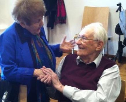 "Eva Mozes con Oskar Gröning, conocido como el ""contable de Auschwitz""."
